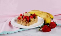 Baked Oatmeal with Bananas and Strawberries